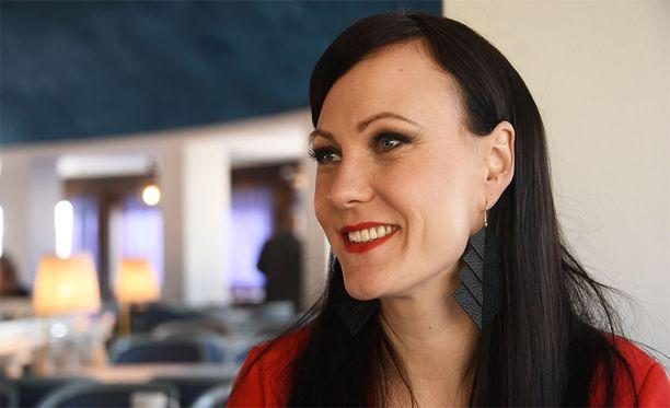 Mira Luoti sanoo, ettei ole halunnut alkaa pelkäämään ihmisiä nuoruuden ahdistelukokemuksen jälkeen.