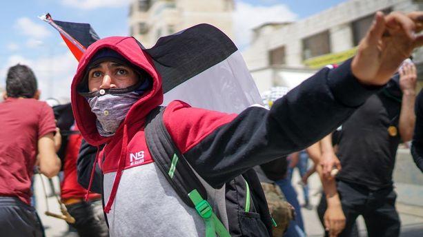 Mielenosoittajat heittelivät Ramallahissa kiviä.m