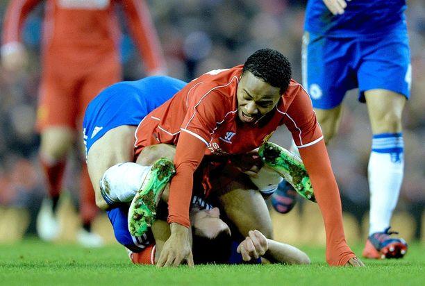 Sterling yrittää irrota Terryn otteesta, mutta turhaan.