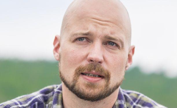 Kansanedustaja Mikko Kärnä (kesk) syyttää joko Keskoa tai sen vastuullisuusjohtajaa Matti Kalervoa valehtelusta.