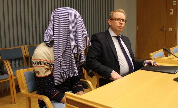 19-vuotias mies peitti kasvonsa vangitsemisoikeudenkäynnin alussa.