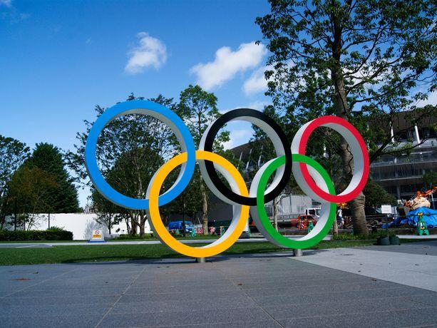 Tokion uuden olympiastadionin eteen on pystytetty jo olympiarenkaat.