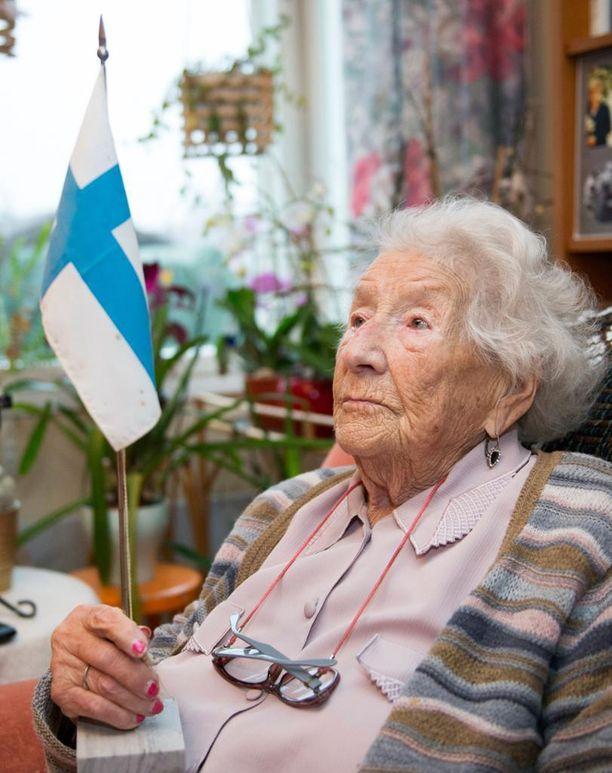 """104-vuotias Hellä Karinki kertoo huumorilla, että hänen pitkän ikänsä salaisuus on """"viina ja villit miehet"""". - Paras aika elämässä on juuri nyt, en haikaile mennyttä. Nämä viimeiset vuodet ovat olleet elämäni parasta aikaa, saa asua yksin ja ilman kolotuksia, minulla ei ole kuin diabetes, Tampereella asuva Karinki toteaa."""