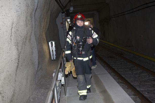 Pelastusviranomaiset harjoittelivat tunneliin menoa ja sieltä pelastamista.