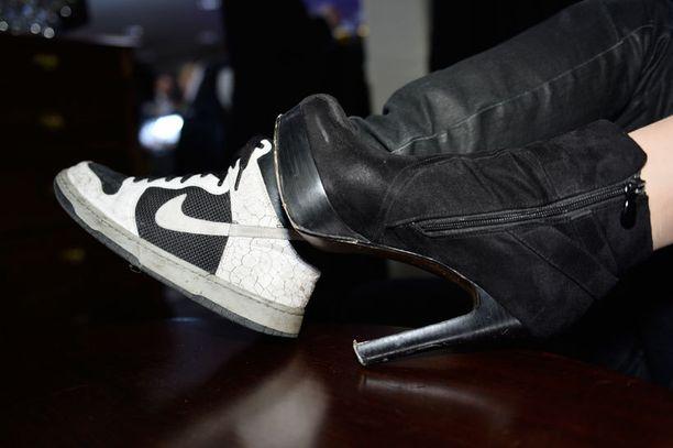 """Otsamo piti lenkkareita ostohetkellä - ja pitää edelleen - erittäin hienoina. Seuralainen, Mertin """"muusa"""" Vera Ruuska, puolestaan toteutti kenkäsaralla periaatettaan: """"mitä korkeampi, sitä parempi""""."""