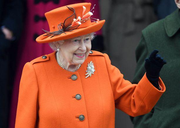 Kuningatar Elisabet edustaa korkeasta iästään huolimatta yhä ahkerasti.