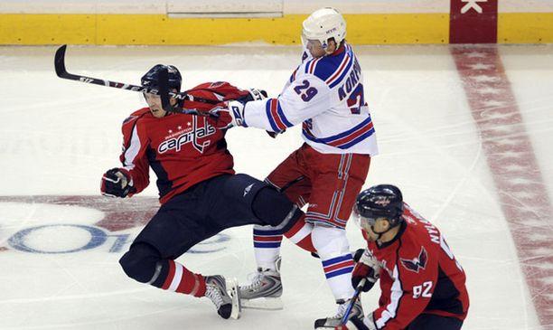 Rangersin ja Capitalsin ottelusarjassa tunteet ovat olleet pinnassa. Tässä Lauri Korpikoski antaa kyytiä Eric Fehrille.