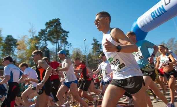 Puoluetoverit moittivat Stubbia liikuntaharrastuksesta. Tässä taittuu Helsinki City Run vuonna 2011.