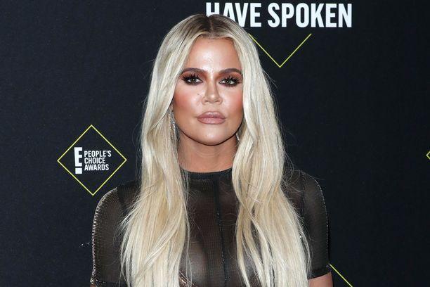 Khloe Kardashianilla oli kauan aikaa blondit, pitkät hiukset. Nyt hän vannoo suklaisen sävyn ja lyhyemmän lookin nimeen.