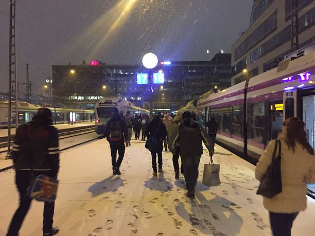 Pääkaupunkiseudulla herättiin perjantaina lumiseen maisemaan.