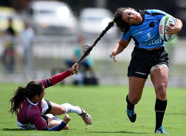 Venezuelan Maryoly Gamez tarrasi Uruguayn Victoria Riosin hiuksiin Rion olympiarugbyssa.
