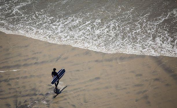 Surffaaja selvisi kuin ihmeen kaupalla hengissä koettelemuksestaan. Kuvituskuva.