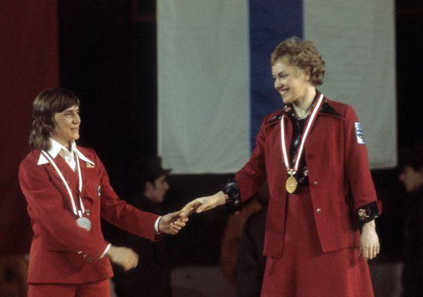 Olympiavoittaja Helena Takalo ja hopealle hiihtänyt Neuvostoliiton Raisa Smetanina vastaanottivat mitalinsa Innsbruckissa 1976.