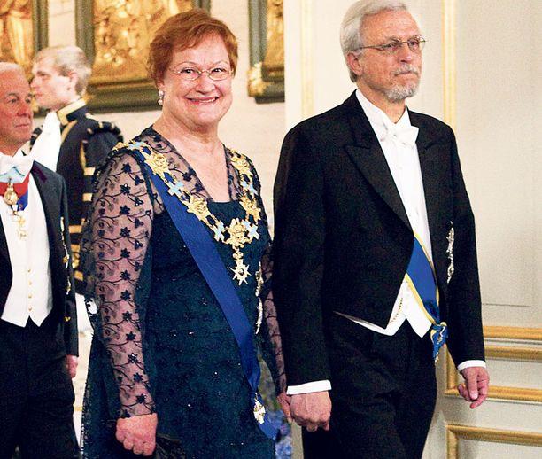 Presidentti Tarja Halonen juhli kuninkaallisissa häissä yhdessä puolisonsa tohtori Pentti Arajärven kanssa.