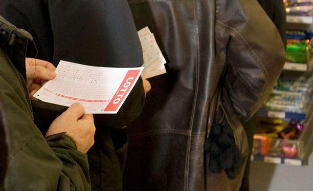 Mies kertoo lottoavansa noin kymmenisen kertaa vuodessa. Aiemmin voitot ovat jääneet muutamiin euroihin. Kuvituskuvaa.