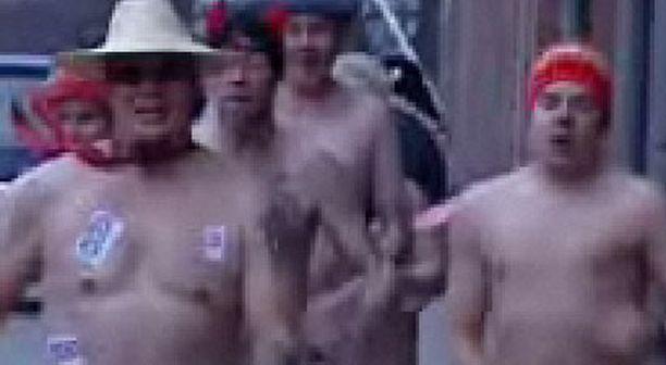 Tehtaankadulla vilisti lähes kolmenkymmenen osanottajan lähes alaston joukkio.