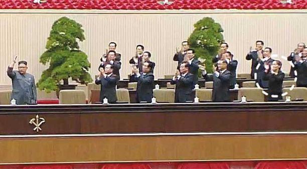Viikonloppuna järjestetyssä puolueen kokouksessa Kim Yo-jong (ympyröitynä) oli saanut näkyvän istumapaikan nokkamiesten keskellä.