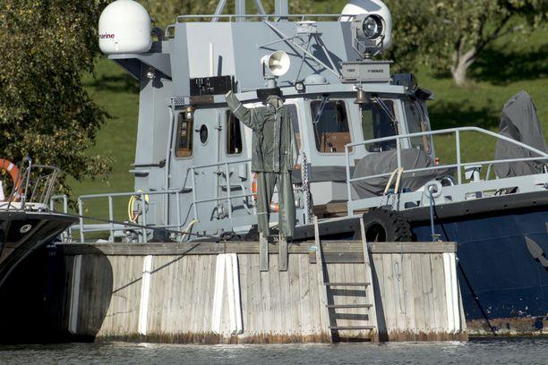 Airiston Helmen laiturissa oli maanantaina raskasrakenteinen vene ja sadetakkipelätin.