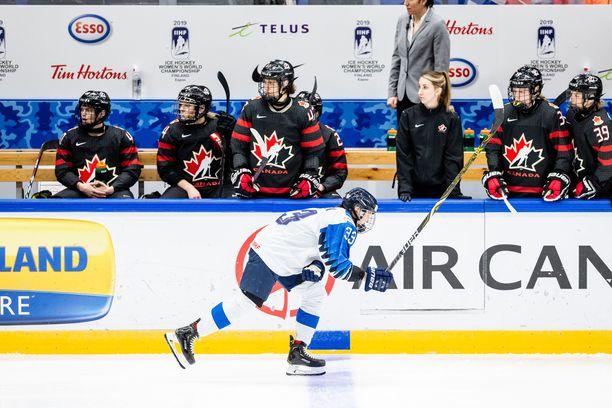 Michelle Karvinen jätti tiistain Kanada-ottelun kesken, kun hän sai tällin käteensä.