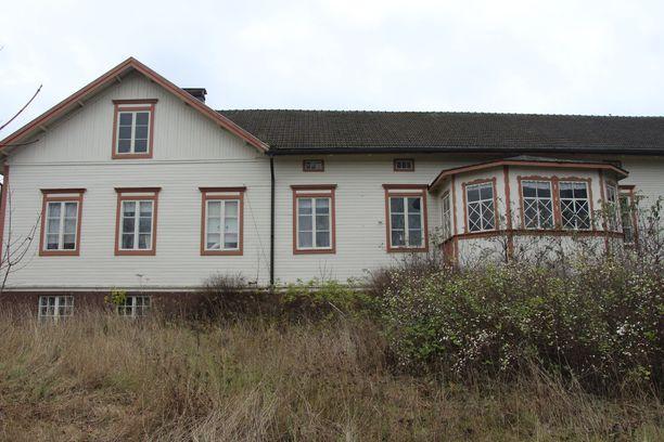 Mouhijärvellä sijaitsevan Vähä-Tiisalan tilan suojeltu päärakennus on vuodelta 1835. Sitä on laajennettu vuosien 1922-25 aikana. Se on toiminut aikanaan mm. nimismiehen virkatalona.