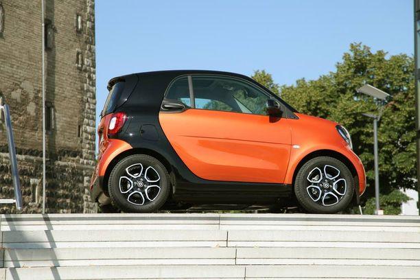 Leventynyt ForTwo näyttää mopoautolta korkeintaan sivulta.