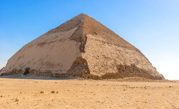 Dahshurin Taitettu pyramidi nousee ensin 54 asteen kulmassa. Puolessa välissä kulma vaihtuu 43 asteeksi.