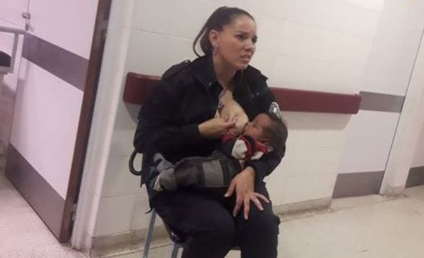 Poliisikonstaapeli ruokki ja helli itselleen tuntematonta, itkevää lasta.
