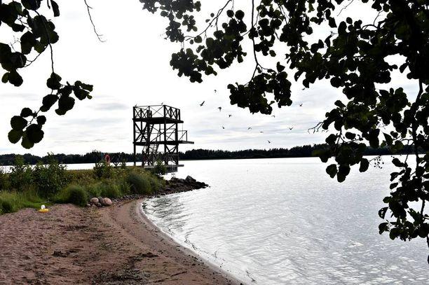 Sinilevä voi yhä lisääntyä järvillä sään lämmetessä.