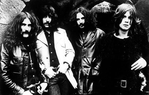 Ronnie James Dio otti laulajan paikan Ozzy Osbournen saatua potkut yhtyeestä vuonna 1979.
