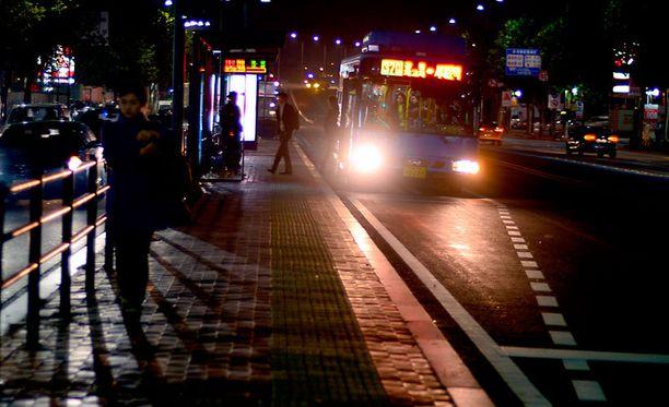 Nälkä on ajanut osan korealaisvanhuksista prostituutioon, jota harjoitetaan pääkaupunki Soulin kaduilla. Kuvan henkilöt eivät liity tapaukseen.