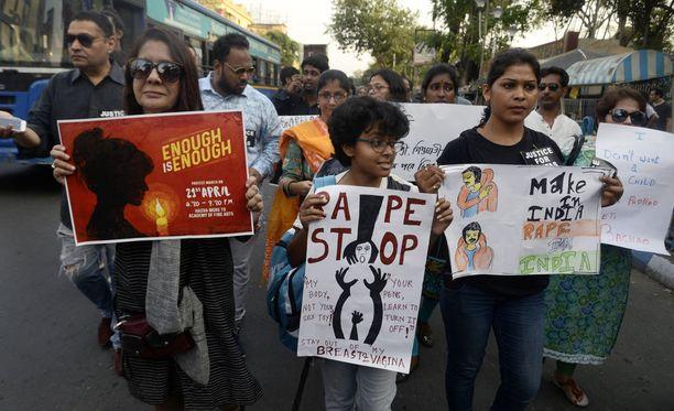 Raiskauksia vastustava protesti Intian Kalkutassa viime huhtikuussa.