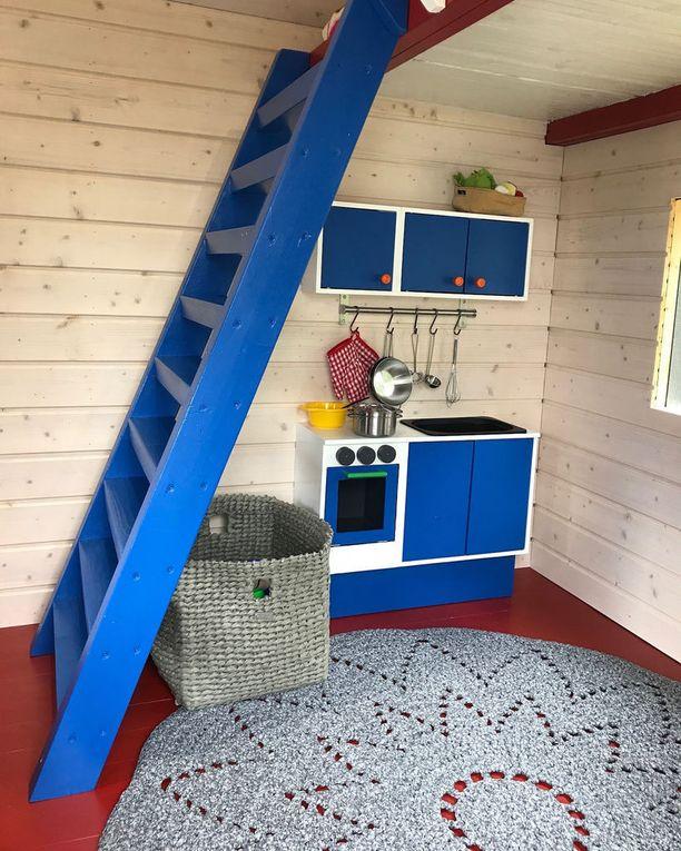 Mökin punainen lattia on lapsen toive. Mökissä olevat mökki ja tuoli ovat lasten ukin käsialaa, kun taas matot on tehnyt vanhemman pojan kummitäti. Muut tavarat ovat kirpputorilöytöjä tai lahjaksi saatuja.