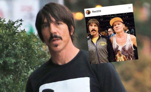 Anthony Kiedis lensi ulos lempijoukkueensa koripallomatsista.