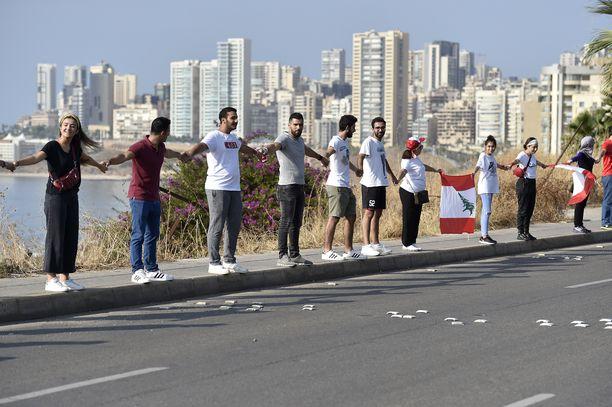 Libanonissa hallituksen vastaisten mielenosoitusten aikana muodostettiin 170 kilometrin pituinen ihmisketju 27. lokakuuta.