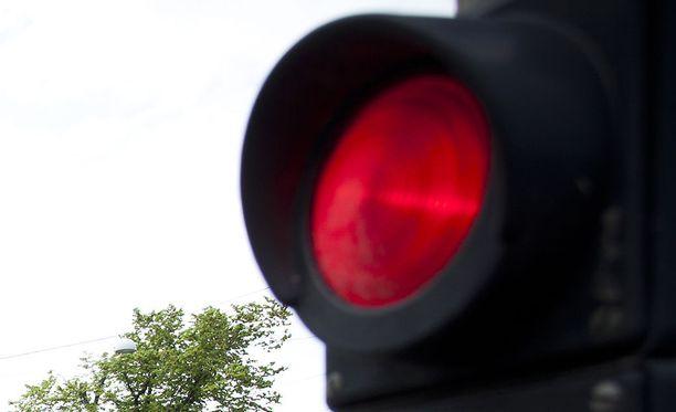 Poliisi epäilee kuljettajan aiheuttaneen kahden henkilöauton kolarin ajamalla punaisia liikennevaloja päin. Kuvituskuva.