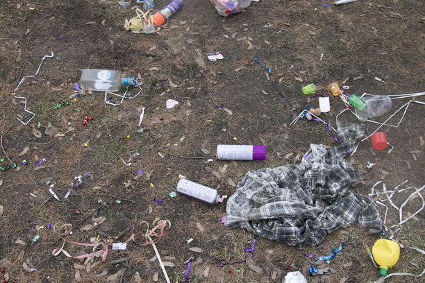 Yhden seurueen paukkuserpentiinin pikkuroska väritti nurmea. Seurueen lähtiessä niille sijoilleen oli jäänyt jos jonkinlaista tavaraa.