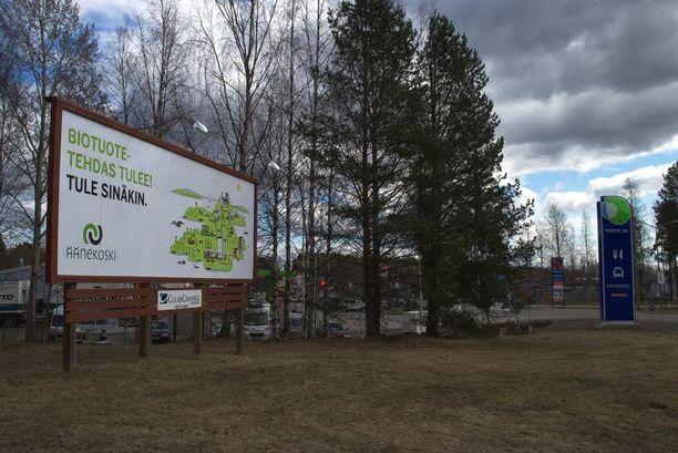 Biotuotetehdas tulee, tule sinäkin, houkuttelee uusi mainoskyltti Äänekoskella.