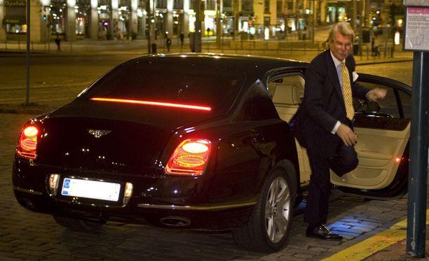 KÄVELLEN Björn Wahlroos jäi autonsa kyydistä bussipysäkille.
