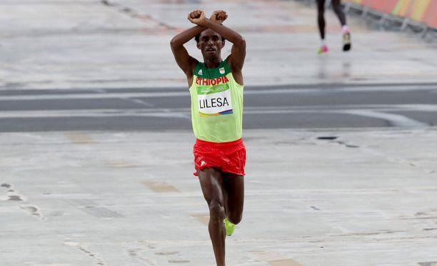 Feyisa Lilesa protestoi oromojen puolesta olympiamaratonilla.