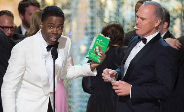 Juontaja Chris Rock käsitteli Oscar-gaalaa piinanneen rasismikohun huumorin keinoin. Kuvassa myös Michael Keaton.