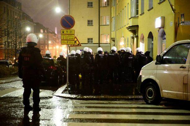 """Poliisijoukkoja Helsingin Töölössä. Poliisi oli varustautunut sunnuntai-illan mielenosoituksiin oman ilmoituksensa mukaan """"riittävästi""""."""