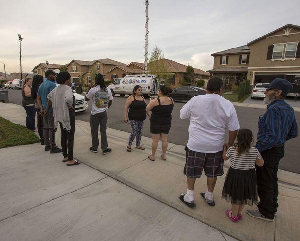 Naapurit ovat kertoneet medialle hämmästyneensä lasten kohtelusta. Harva tiesi, että talossa ylipäänsä asui lapsia ja juuri kukaan ei tiennyt, kuinka monta heitä oli.