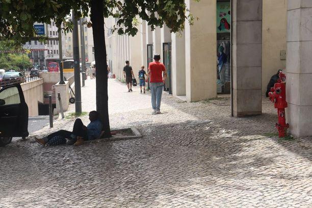 Viikonlopun yleinen näky Lissabonissa on varjon alle hakeutuneet ihmiset. Lepopaikaksi kelpaa mikä tahansa katukivetys tai varjo.