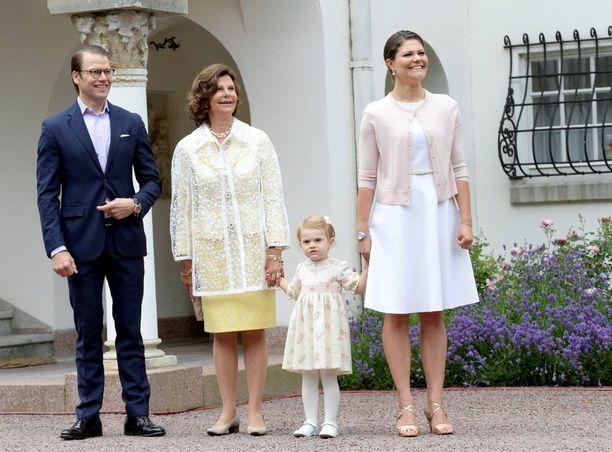 Victoria ja Estelle olivat pukeutuneet samoihin väreihin syntymäpäiväjuhlille vuosi sitten.