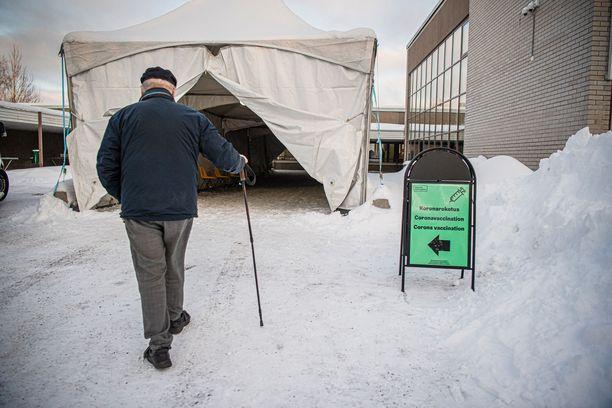 Yli 80-vuotiaista suomalaisista vähintään ensimmäisen koronarokoteannoksen on saanut 67,4 prosenttia.