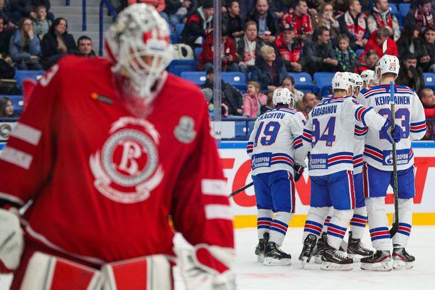 KHL:n playoffit ovat tauolla. Kuvassa Pietarin SKA juhlii Vitjazin nuijimista.