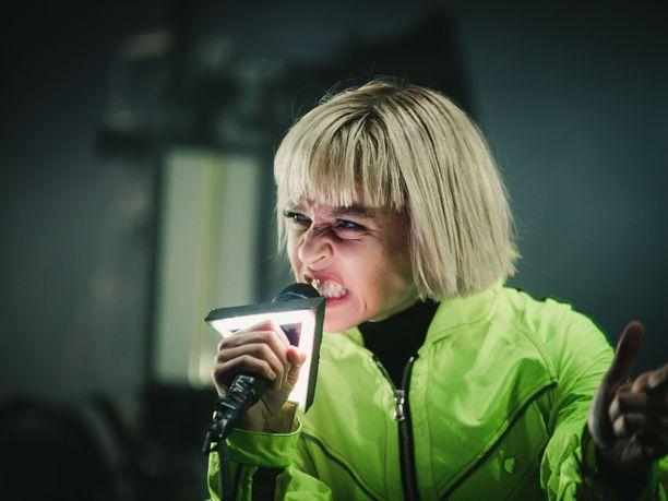 Paula Vesala oli pukeutunut vihreään asuun.