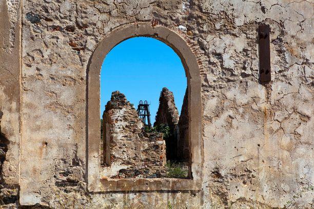 Kaivoksen työntekijöille rakennettiin aikoinaan asuntoja, kirkko ja harrastuspaikkoja.