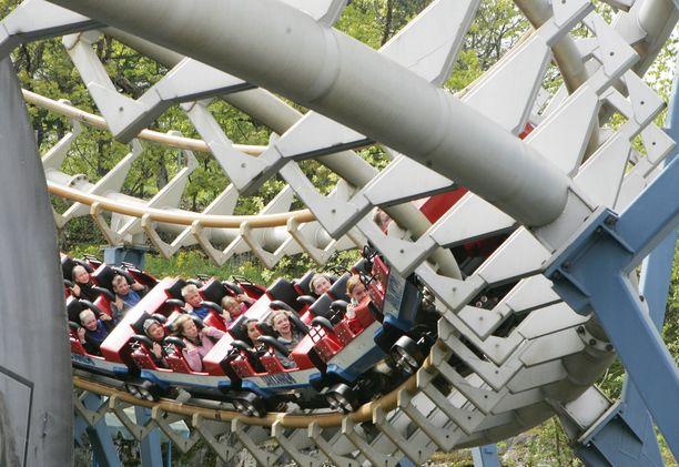 Huvipuistoissa on tänä vuonna erityisen väljää, siitä pitävät huolen kävijämäärien rajoitukset.