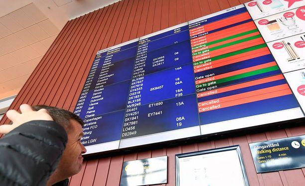 Matkustaja ihmetteli Arlandan lentokentällä Tukholmassa lähtevien lentojen peruutustietoja.